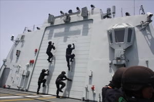 Gulf of Aden, May 7 – On board CNS Wenzhou, the PLA Navy's Special Operations Force demonstrating their boarding capabilities.  (RSN Photo/Released)