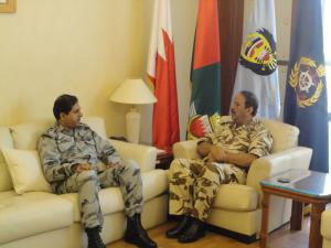 Pakistan Commodore Asif Khaliq, Commodore CTF 150 (left) meets His Excellency Field Marshal Shaikh Khalifa bin Ahmed Al Khalifa, Bahrain Defence Force Commander-in-Chief (right).