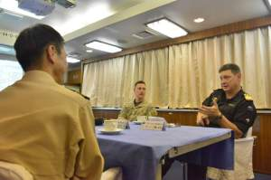 Commodore Tony Millar discussing Japan's contribution to counter-piracy operations with Captain Tsutomu Okawa