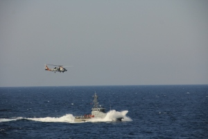 USS Dewey's Seahawk helicopter and Yemeni Coast Guard boat YCG Sana'a conducting joint search & rescue exercise during Focused Operation Taawun al Behr.