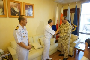 Rear Admiral Pakorn Wanich and His Excellency Field Marshal Sheikh Khalifa Bin Ahmed Al Khalifa exchanged gifts as a sign of friendship between CMF and the Bahrain Defence Force