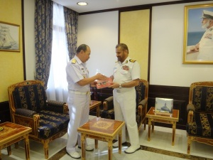 Rear Admiral Pakorn Wanich and Rear Admiral Abdullah Bin Kahmis Al-Raisi exchanged gifts as a sign of the friendship between CMF and the Royal Navy of Oman