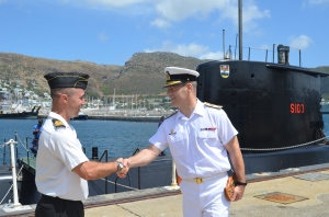 Commander CTF-150, Commodore Brian Santarpia thanks SAS Queen Modjadji's Executive Officer Lieutenant-Commander Mountfield for an informative tour of the South African Navy's third Type 209 submarine.