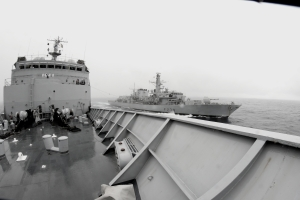 Replenishment at sea between CTF150 flagship FS Var and HMS Richmond under rough sea