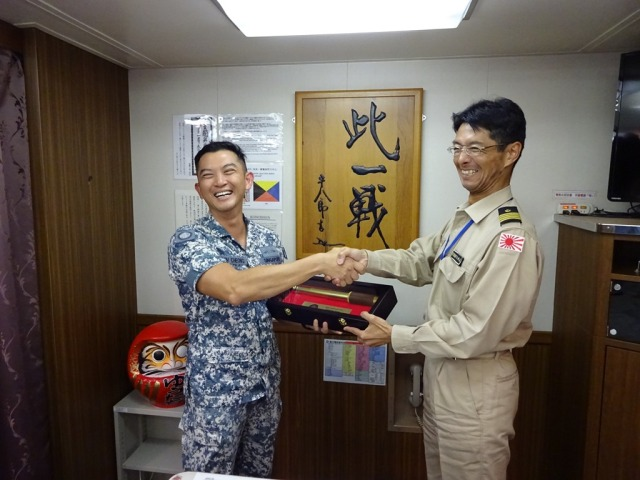 CCTF 151, Rear Admiral Ken Cheong presents CCD7 CAPT Takashi Inoue a token of appreciation