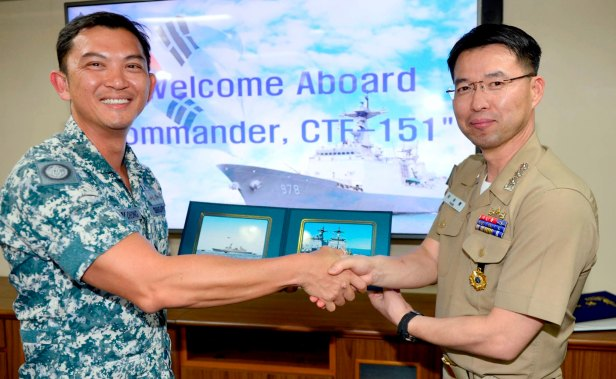 CCTF 151. Rear Admiral Ken Cheong receives a welcome token from CO Wang Geon CAPT Yang Seung Ryong - 1