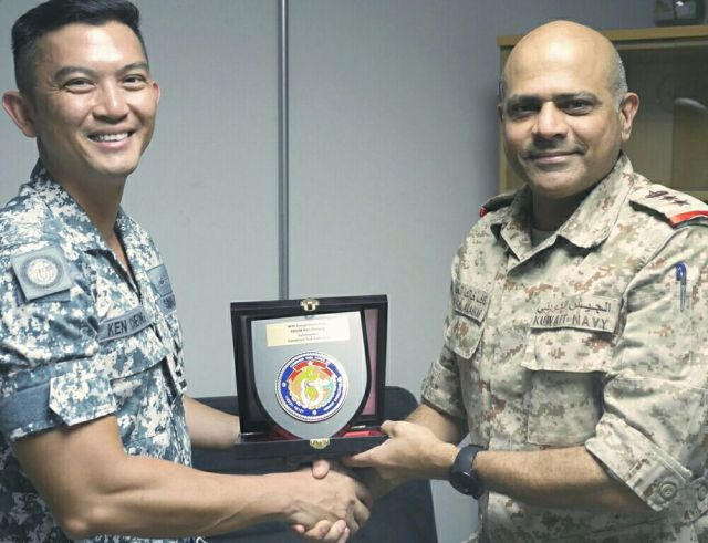 Commander CTF 151 Rear Admiral Ken Cheong presents a token plaque to CCTF 152