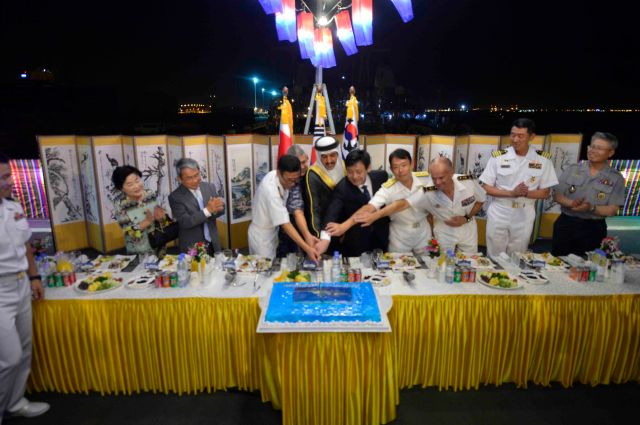 20170612_Cake cutting for greeting handover-2
