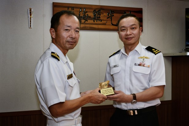 20180722-CCTF 151 exchanges a gift with Commander Escort Division 5 on KLE