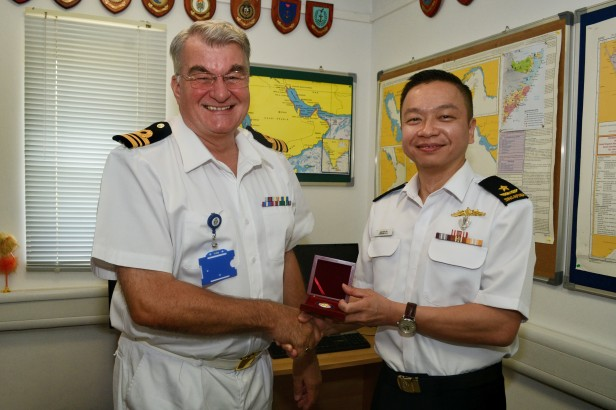 20180722-CCTF 151 present a gift to Commander UKMTO during KLE