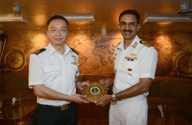 20180722-CCTF 151 received plaque from Capt Jaitly of INS Teg during Djibouti KLE