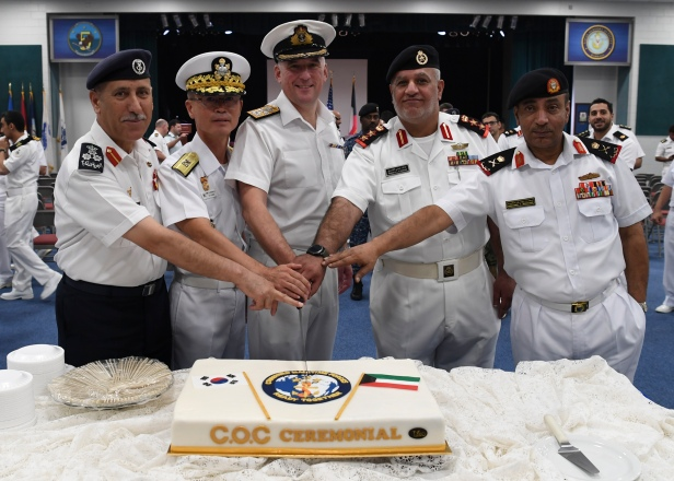 20191020_Commanders and distinguished guests cut the celebratory cake after the short ceremony.